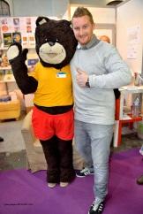 La mascotte TIBIDOU (livres pour enfants) pose avec Julien LAPRAILLE au Stand ACRODACROLIVRES